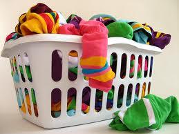 cesta di vestiti da lavare