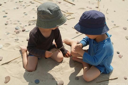 bambini sole in spiaggia con cappello e maglietta