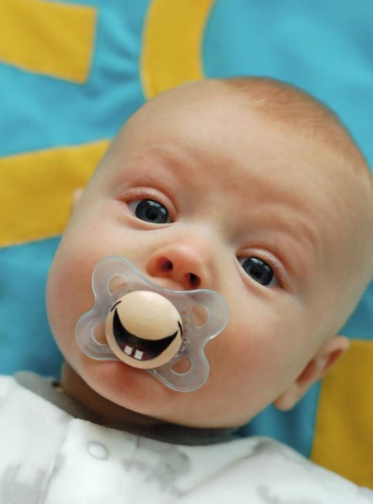 bebè con ciuccio