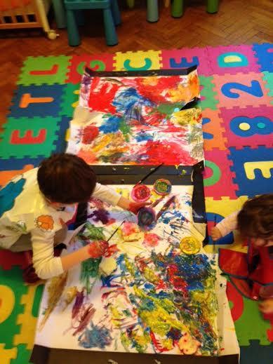 Dipingere Con I Bambini Due Piccoli Artisti Al Lavoro